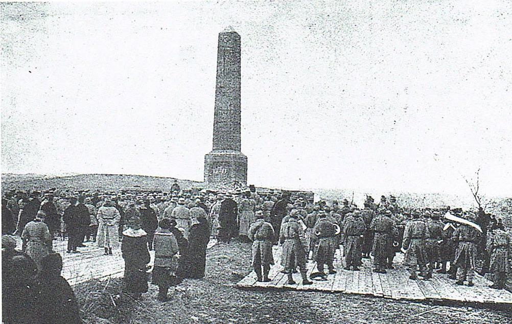 Niszczejący obelisk na wzgórzu KAIM